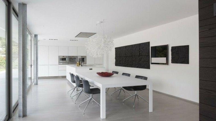 mesa blanca y sillas negras en el comedor moderno