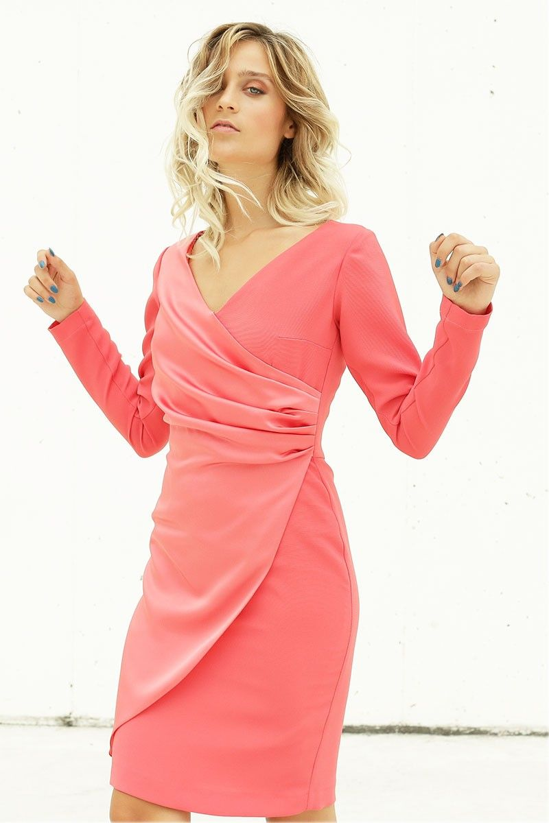 7f38462535c Vestido corto de escote en pico cruzado en color coral de manga larga   ideal para tu próxima boda o bautizo.  tiendagijon  apparentia   invitadasboda ...