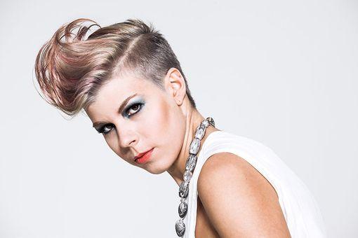 Stylische Hahnenkamm Frisur Blond Mit Rosa Strahnen Frisuren Trendfrisuren Frisuren Blond