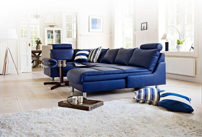 Bodenkissen Wohnzimmer Weisser Teppich Blaues Sofa
