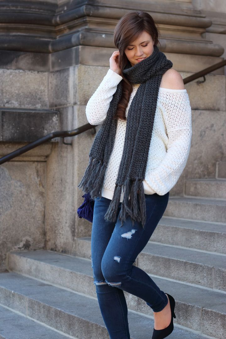 Outfit | Fashionblogger | Blogger | oversize sweater | knit | knitwear | strickschal | grau | weiß | Fall outfit | Fall look | girl | Brunette | ripped jeans | blue jeans