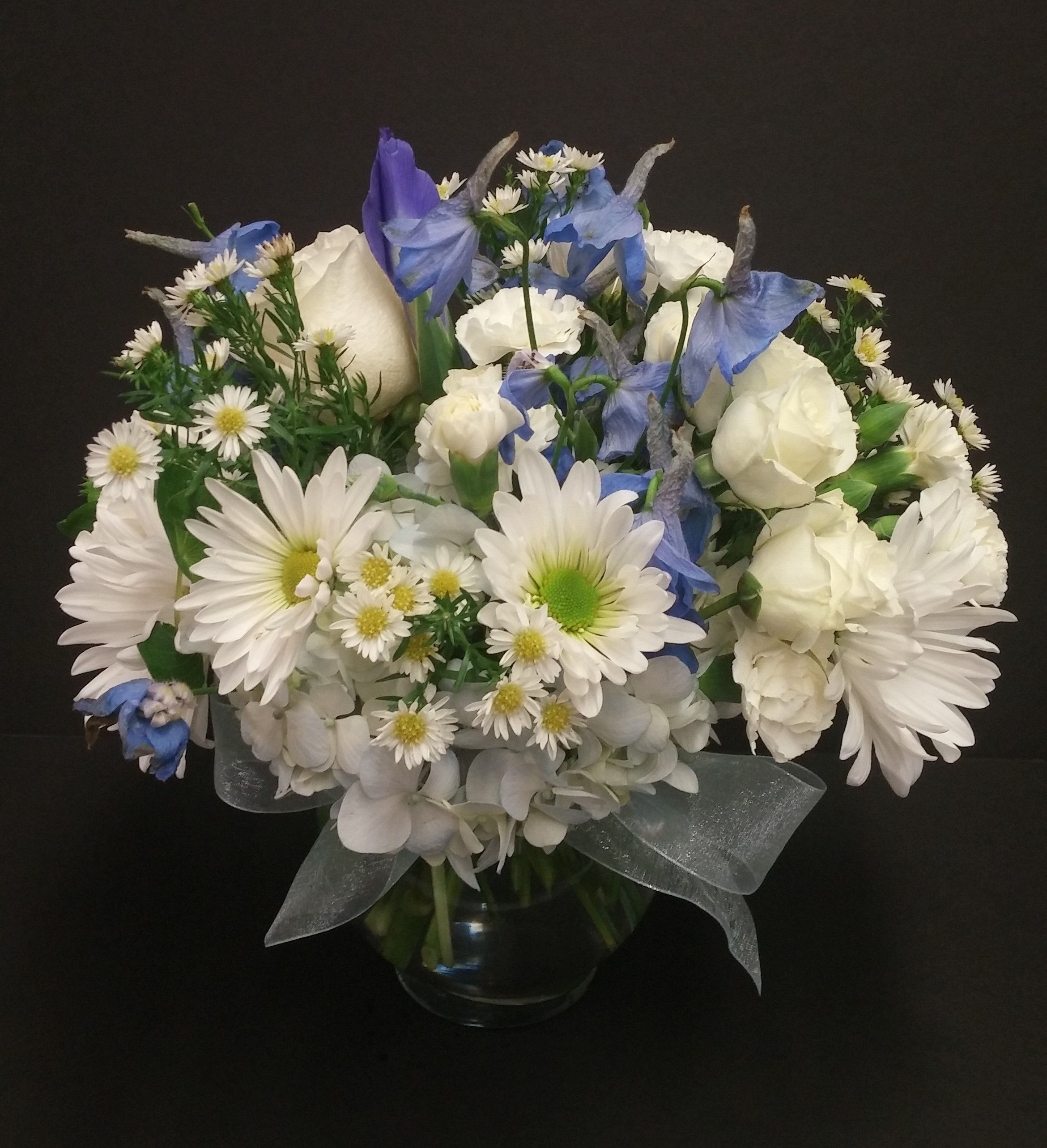 Blue and white small arrangement light blue delphinium for Small rose flower arrangement