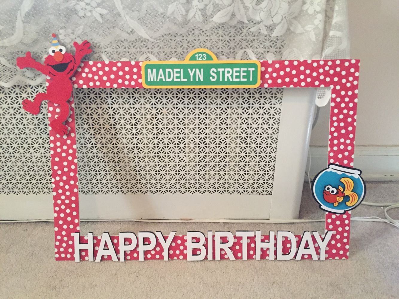 Diy poster board elmo photo booth frame diy sesame for Poster decoration ideas