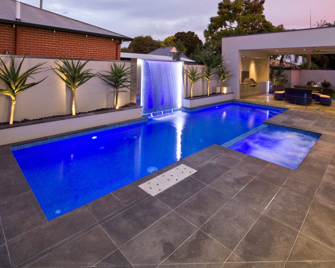 Concretepool swimmingpool freedompools resort pools for Small backyard swimming pool designs