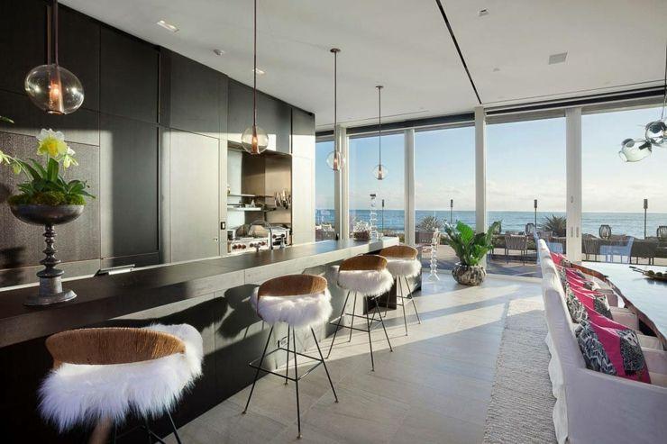 Cuisine spacieuse avec vue panoramique sur la plage