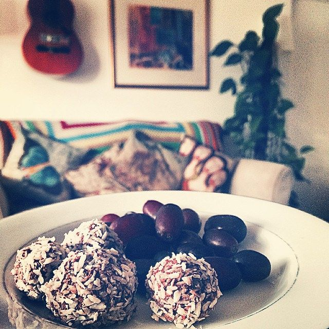Some cacao bliss balls (recipe from @annutara) for breakfast! Alchemical…