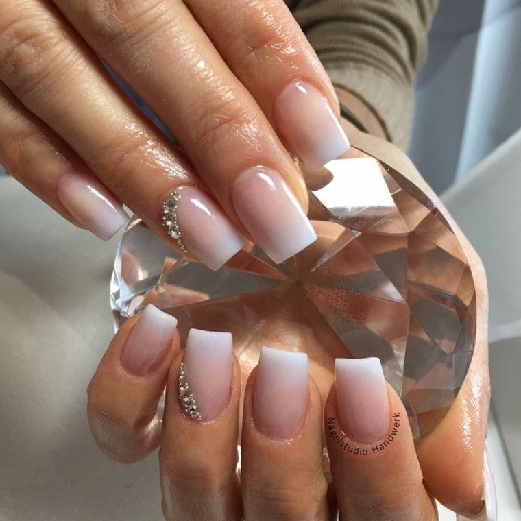 Unghie gel particolari, smalto base rosa ombre bianco, decorazioni unghia  anulare con brillantini