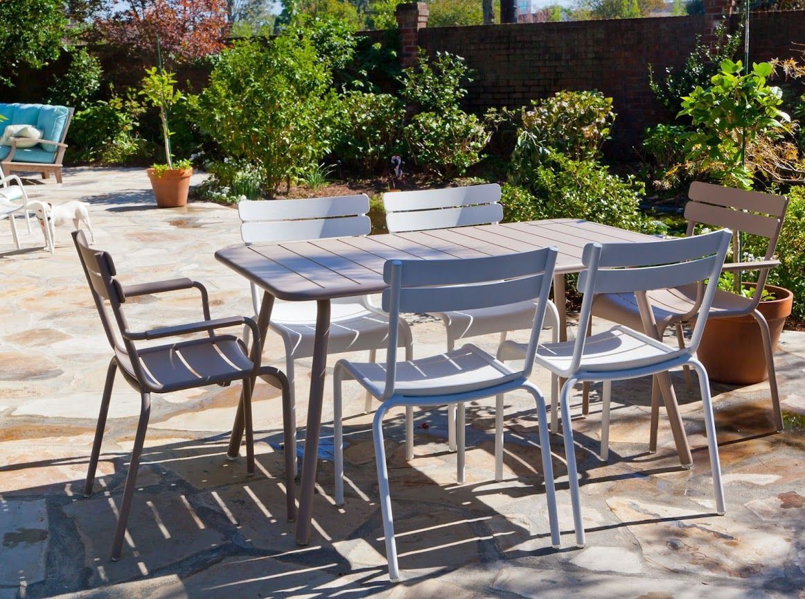 terrasse avec mobilier de jardin luxembourg couleur blanc coton et muscade fermob www. Black Bedroom Furniture Sets. Home Design Ideas