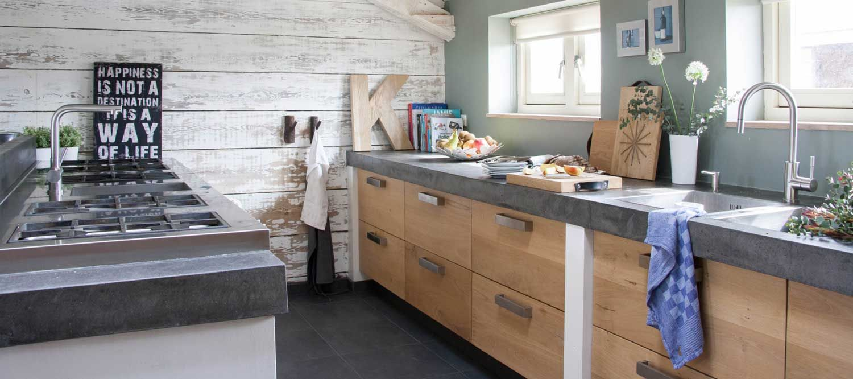 Rustikal-moderne Küche mit Fronten aus Eiche und Abdeckung aus ...