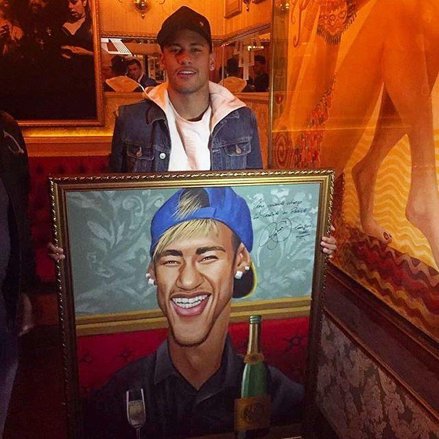 """Logo antes de se apresentar à Seleção Olímpica, o amigo irmão de coração, Neymar Junior (@neymarjr) jantou no P6RIO e no P6SP, e deixou seu abraço autografado a todos os amigos do P6, na obra de Flavio Rossi (@flaviorossiarte), em exposição no P6 VAUDEVILLE. Vale a pena passar pra ver!! Bela obra de arte, com dedicatória especial... """"Obrigado, Juninho!!"""" ⚽️"""