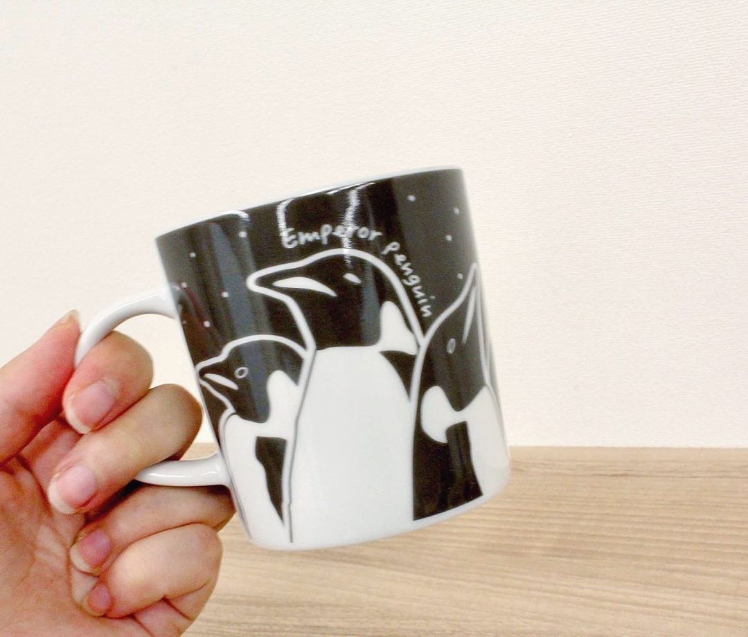 株式会社オーク コーポレーション On Instagram エンペラーペンギンの親子の様子がぐるりと描かれたマグカップ 最も南極に分布するペンギンらしさを表現するため 実は背景に雪が降っているこだわりのデザインです 他にもク In 2020 Mugs Glassware Tableware