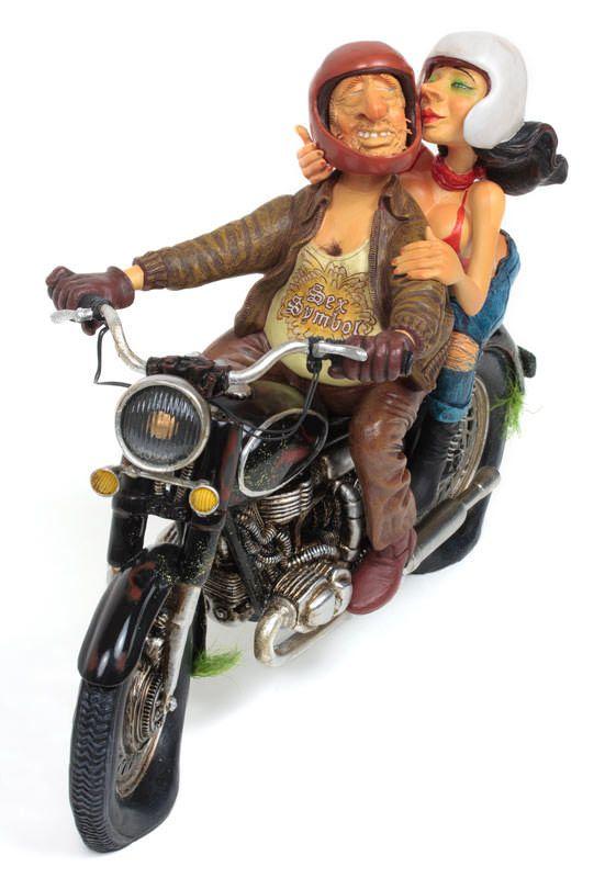 Den perfekte gave til motorcyklisten med humor. En motorcykel figur med mange sjove detaljer designet af den argentinske kunstner Guillermo Forchino. Træk på smilebåndet når du ser alle detaljerne på de mange billeder.