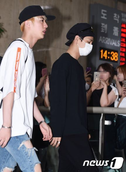 [MEDIA COVERAGE] 160815 #BTS arrived at Gimpo Airport from Japan #방탄소년단 #防弾少年団  #JIN #진
