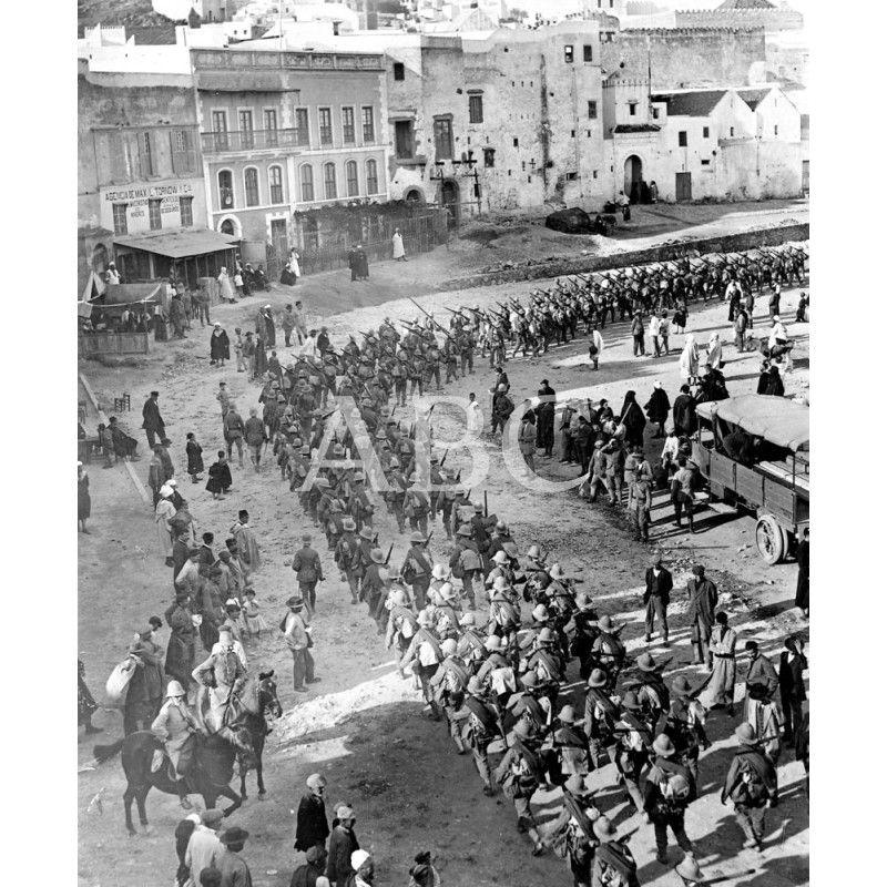 Aspecto De La Plaza De España Al Llegar El Segundo Batallón Del Regimiento Archivo Abc Historia De España Colonialismo Espanol España