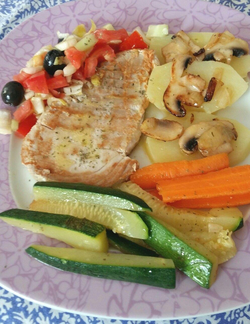 Delicioso bonito, con verduras. Saludable.