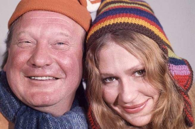 """Den kanske mest utskällda kalenderna genom åren var """"Broster Broster!"""" från 1971, med Carl-Gustaf Lindstedt och Claire Wikholm i huvudrollerna. Den handlade om familjen Wikmansson som väntar barn och kämpar mot köphysteri och miljöförstöring. - Den ansågs väldigt politisk och inte så barntillvänd. Den väckte väldigt mycket negativa känslor, säger Safa Safiyari, chef på SVT:s Barnkanalen, till TT.<br /> Bläddra vidare för att läsa om fler kalendrar som har väckt känslor."""