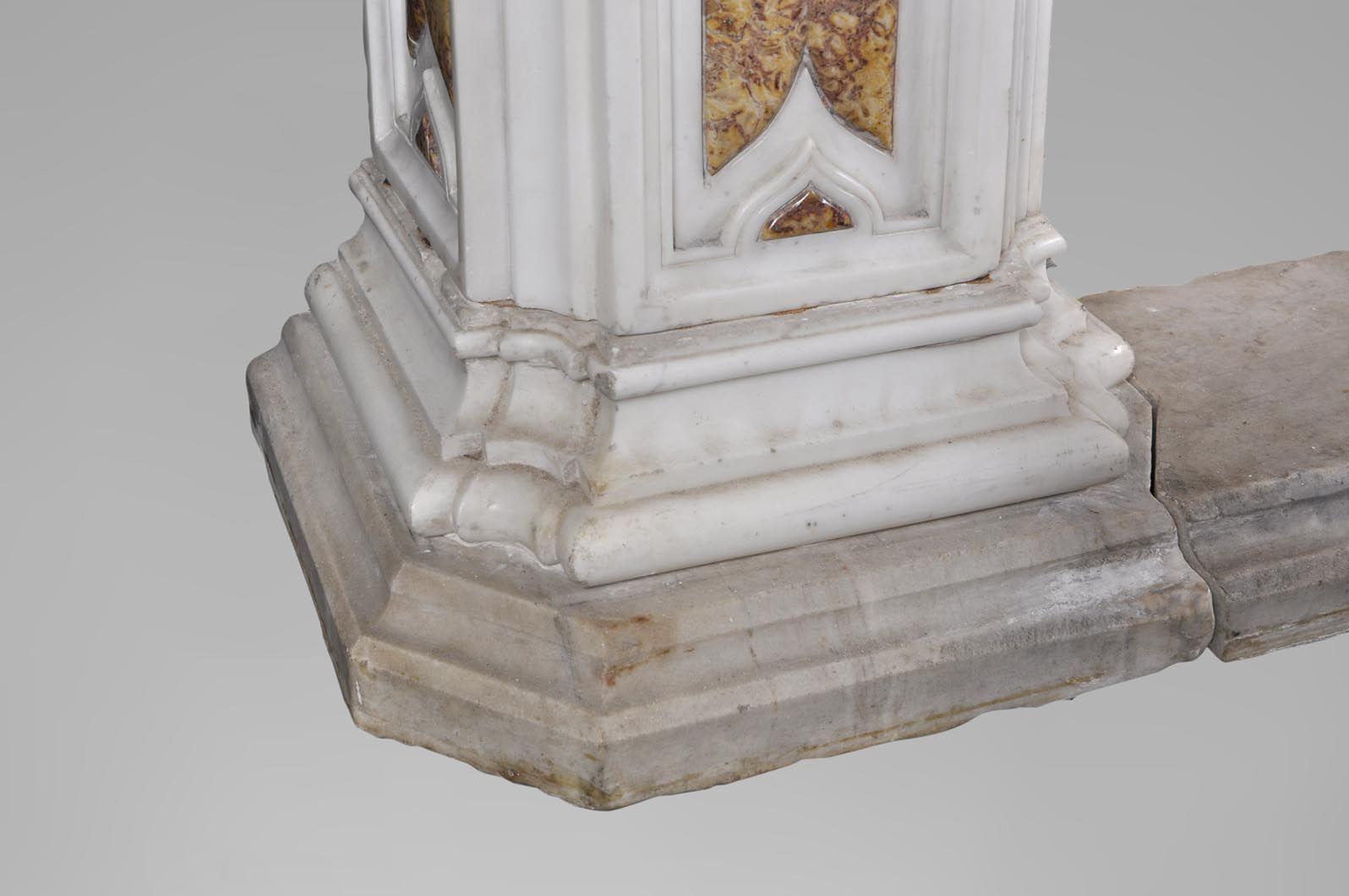 Великолепный старинный камин конца 18 века, изготовленный из скульптурного мрамора и мрамора брокатель, украшенный ангелочком.
