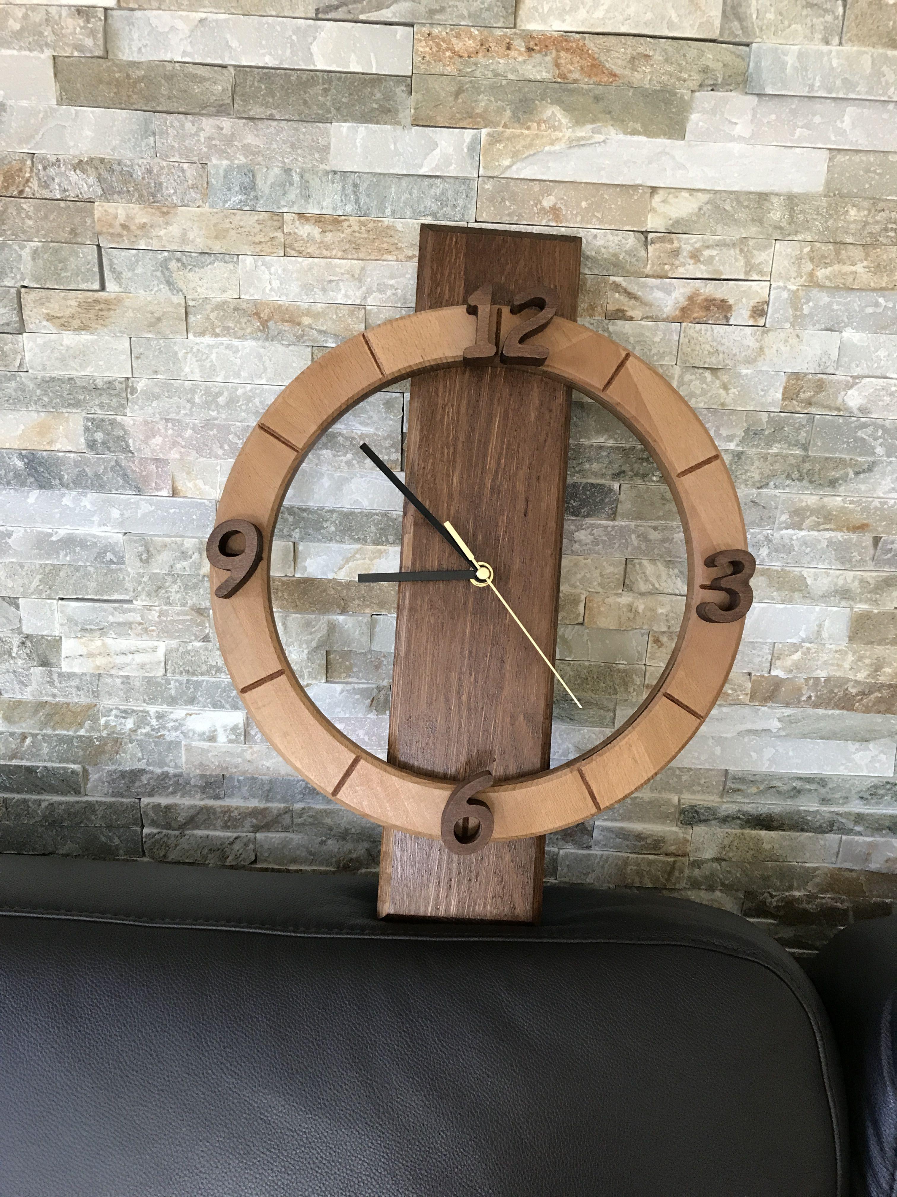 Wanduhr aus Holz. Gebeizte Buche und Eiche mit einem