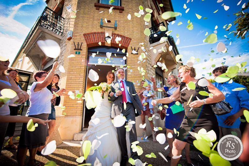 Sortie de la mairie, confettis et ciel bleu !