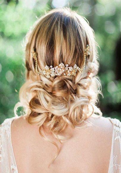 Chignon bas bouclé | Inspiration coiffure mariage, Cheveux de mariée et Idées de coiffures