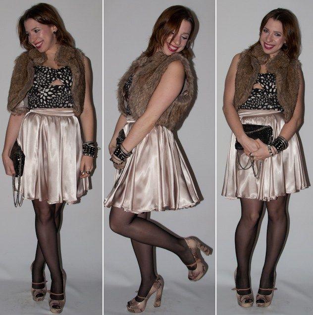 Look balada: como usar saia de cintura alta com blusa crop top. Colete de pele, sapato Santa Lolla e clutch de paetês no look do dia. Blog de moda.