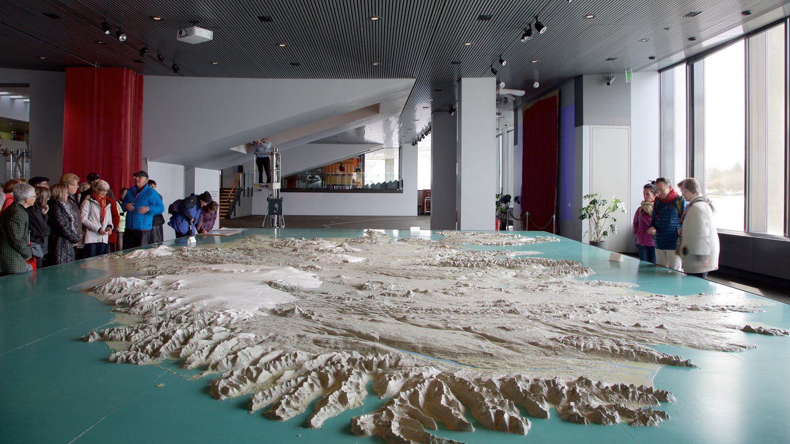 Ayuntamiento de Reykjavík que incluye vistas interiores y también un gran grupo de personas