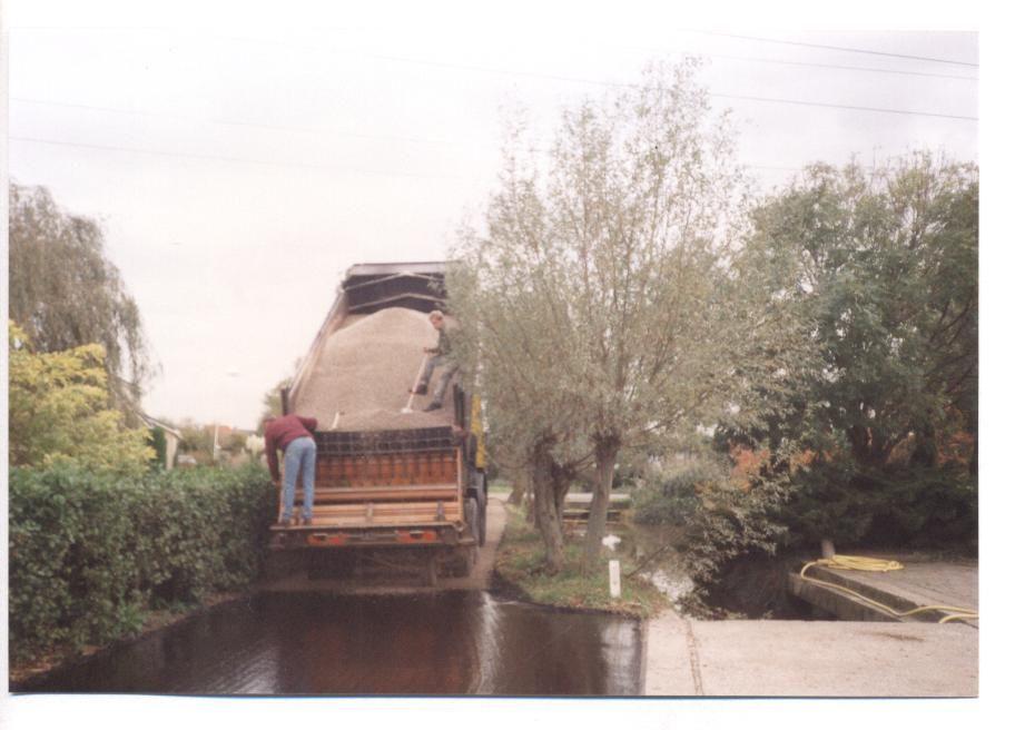 Tot 1965 was de Woudselaan in Buurtschap Harnas Molen een koolaspad dat door de bewoners zelf werd onderhouden met koolas van de tuinders wat met paard en wagen werd opgehaald. In de zomer was het daardoor stoffig en in de winter een blubberbende. Later werd de laan gesfalteerd. In de jaren 80 (foto) werd de Woudselaan voorzien van een slijtlaag op het asfalt.