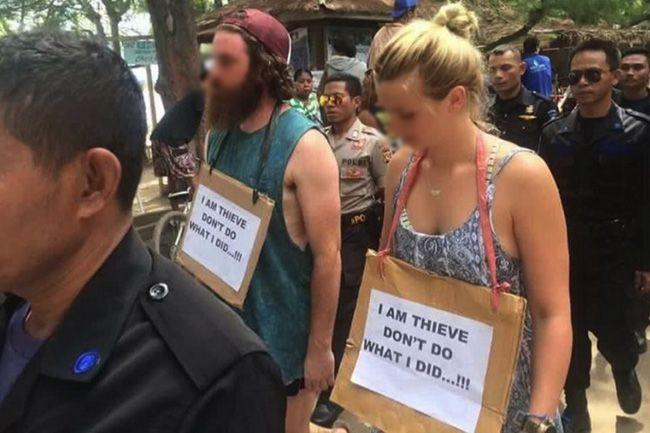Hai du khách người úc bị ép diễu phố vì ăn cắp xe đạp ở Indonexia