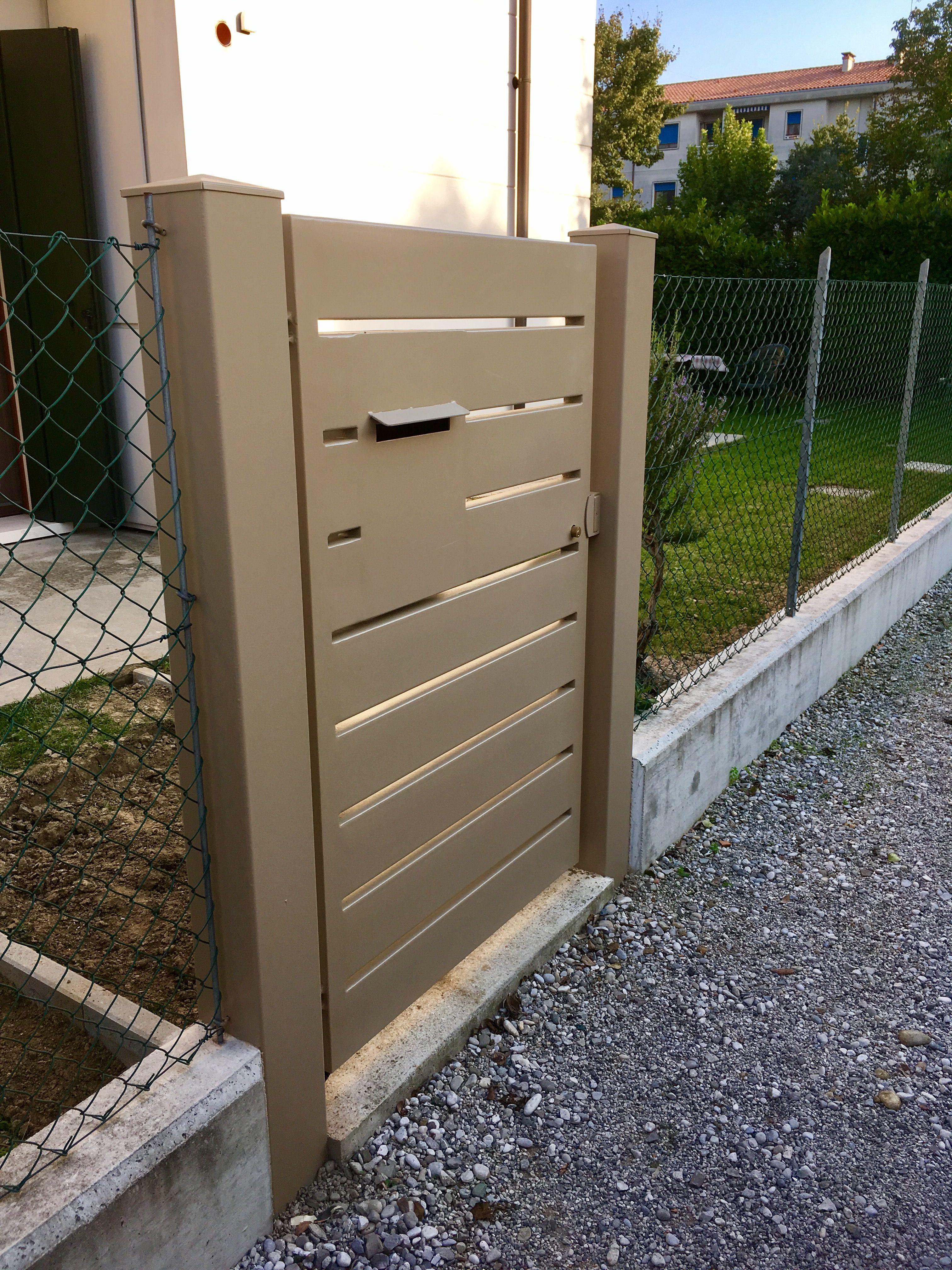 Cancello pedonale in ferro con cassetta posta incorporata for Cancelli da giardino