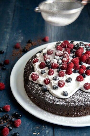 Pastel de chocolate con frutos rojos - Chocolate cake and blueberries | ©Photo: Sando / MUCHO FLAVOR | Styling: Claudia Cortés
