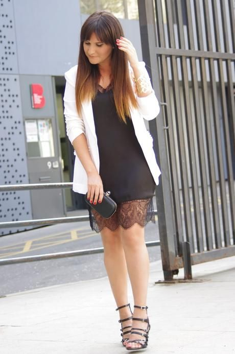 54129ef0e Vestido negro + Chaqueta blanca | Mis estilos | Chaquetas blancas ...