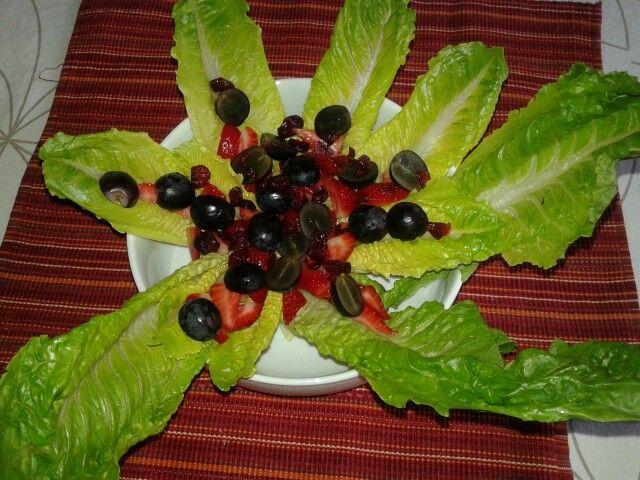 Ensalada de lechuga, fresas y uvas. Fresco y delicioso. Lettuce salad with strawberries and black grapes. Fresh and delicious.