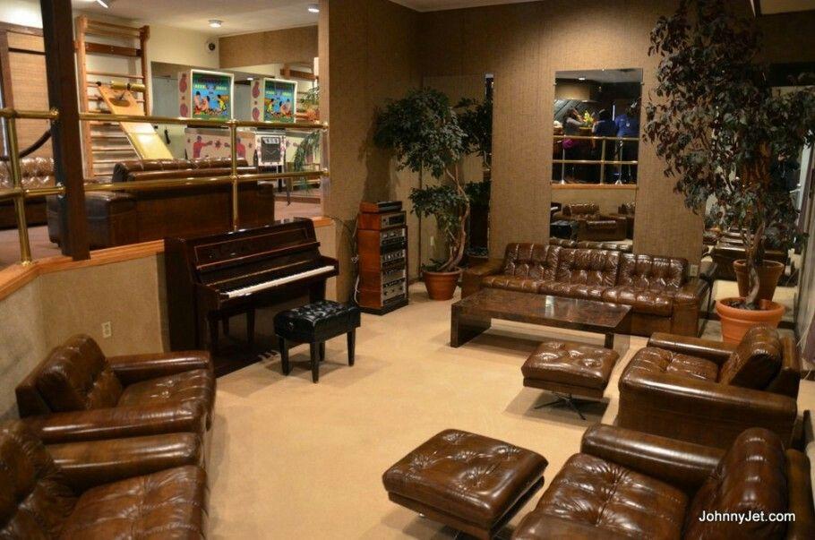 Salon gimnasio, juegos y música.  Último piano que tocó Elvis. (Graceland)
