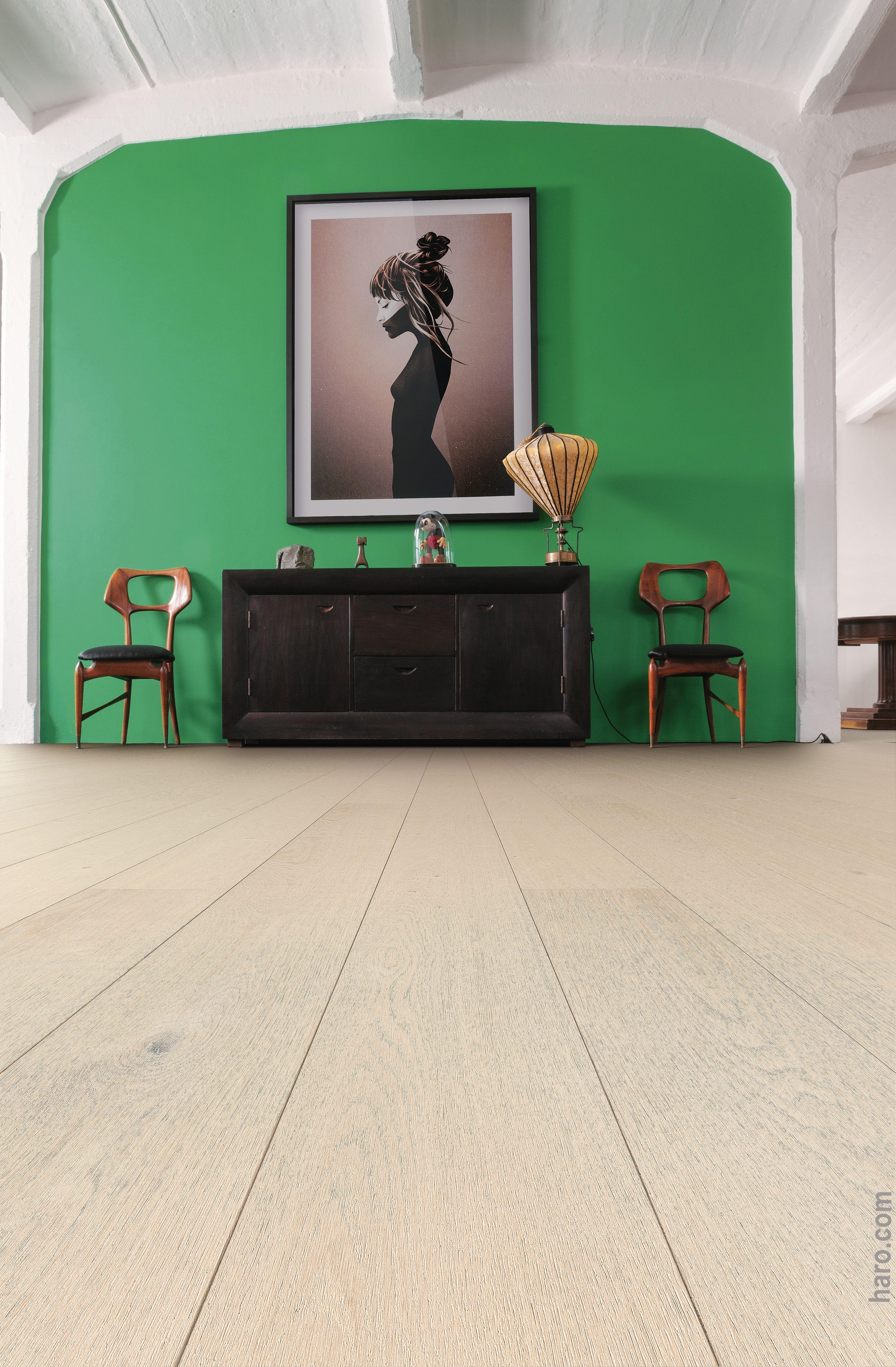Natürliche Wandfarben helle holzart und kräftige wandfarbe hier spielt die echtholz