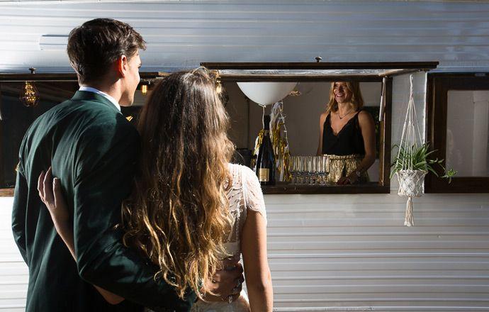Caravane personnalisée pour votre mariage - MOKA CARAVANE | Caravane personnalisée - Event designer - scénographie - Mariage - Lyon - Auvergne-Rhône-Alpes | Photographe : Ben DLG | Donne-moi ta main - Blog mariage