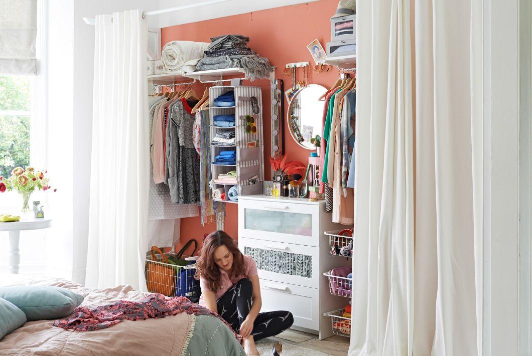 Billede af soveværelse, hvor gardinerne er trukket fra og viser opbevaringssystemet.