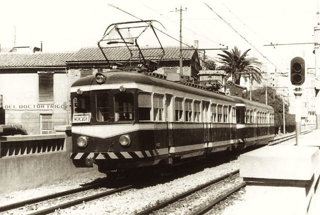 La Valencia desaparecida.  Fotografía tomada desde la calle del Actor Mora hacía la calle de Fray Pedro Vives. El tren esta cruzando la calle Sagunto, detrás la fábrica de Trinaranjus. Sería 1960