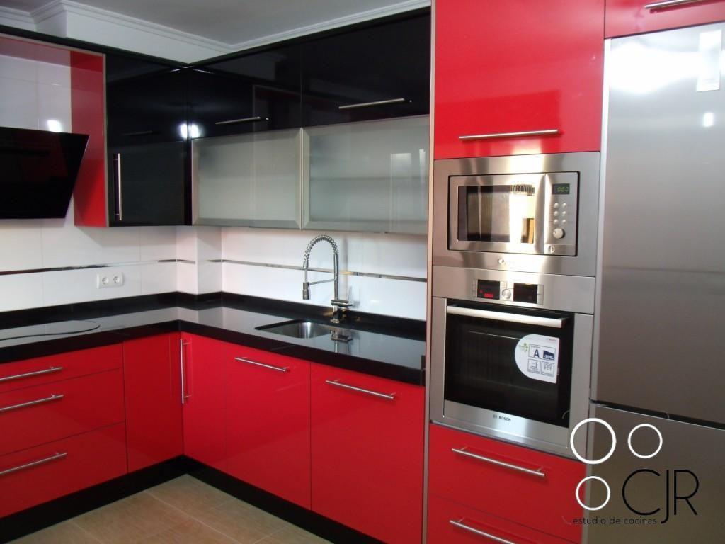 Cocina en color rojo combinada en negro mobiliario en - Cocinas color rojo ...