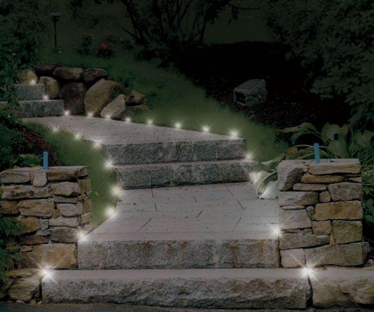 Naturstein Zaun Im Garten Beleuchtet Beleuchtung Garten Landschaftsbeleuchtung Gartenbeleuchtung