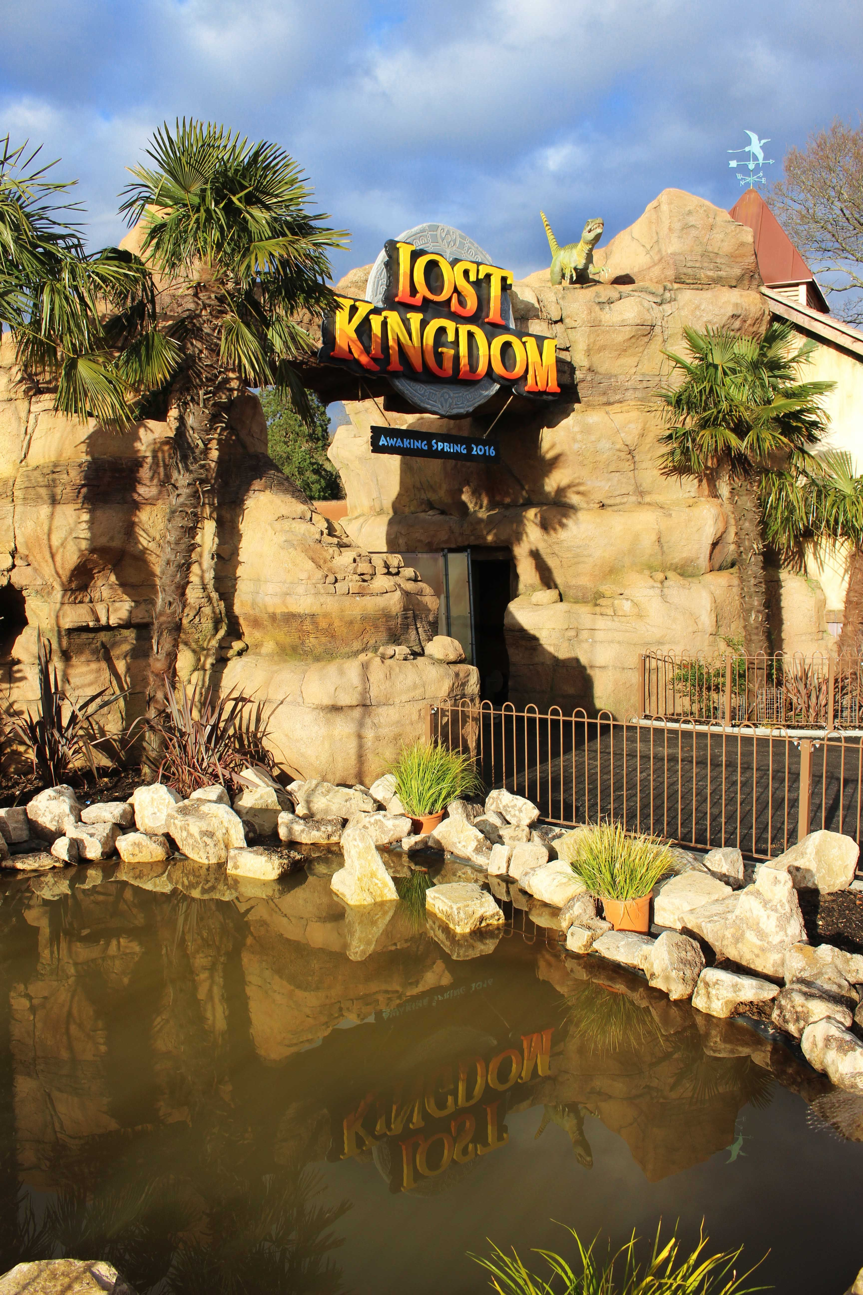 The entrance arch to Lost Kingdom Dinosaur Theme Park at Paultons ...