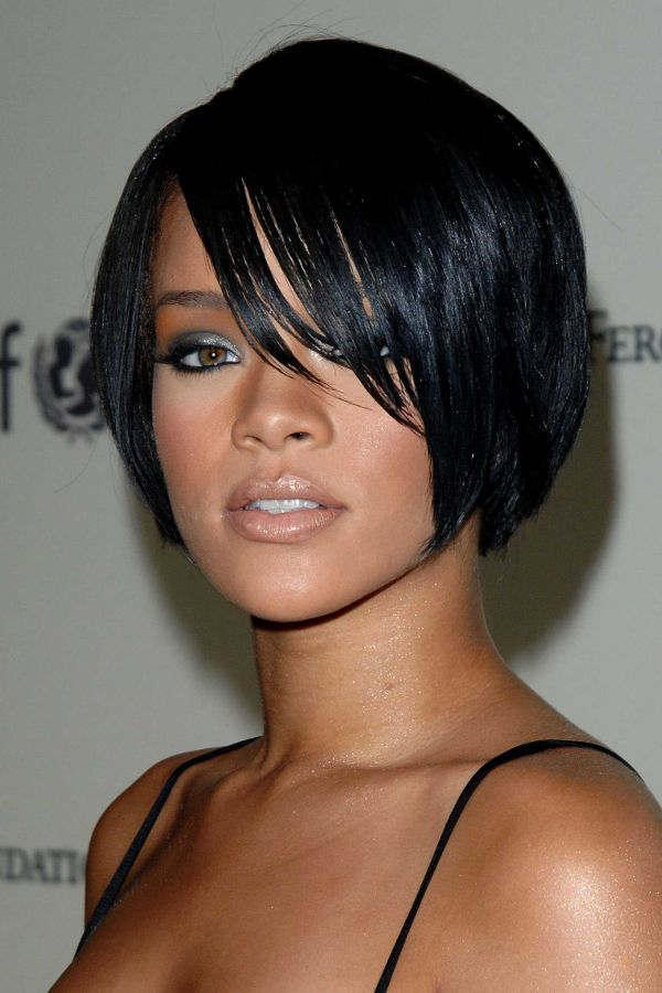 rihanna kompakter bob mit seitlichem pony schwarz spaghetti traeger frisuren pinterest. Black Bedroom Furniture Sets. Home Design Ideas