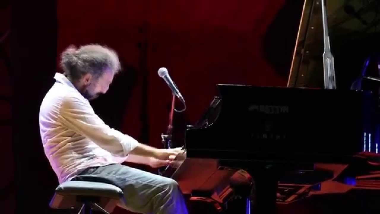 Stefano Bollani e le richieste del pubblico - Piano Solo @ Estate Villag... Legs on the ground keeps...know the rest :)))