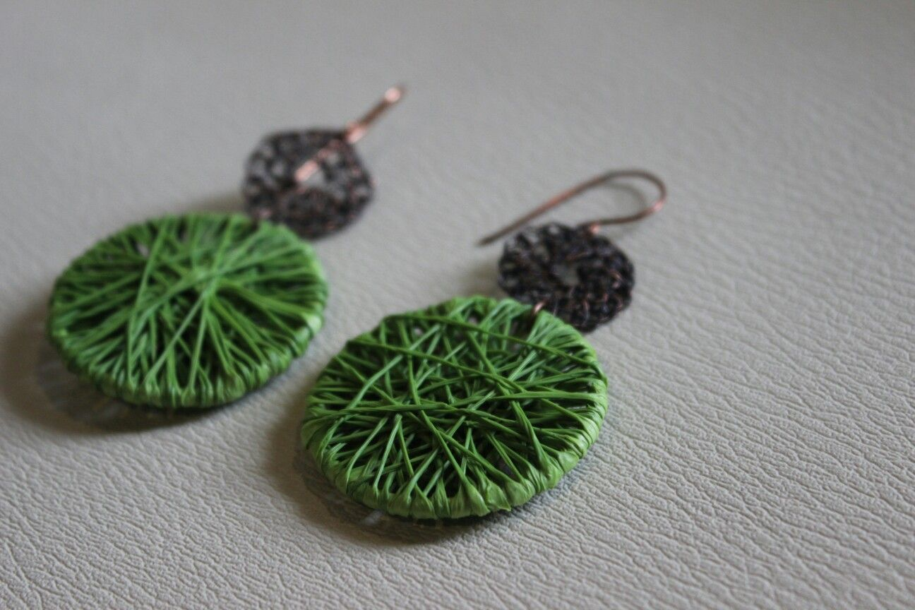 Aros reciclados elaborados con bolsas plásticas com aplicación de cobre