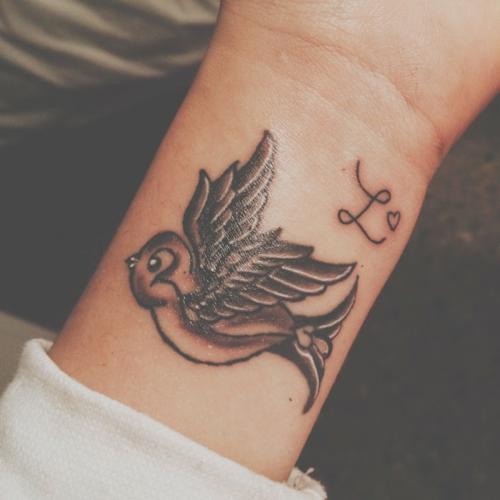 Little wrist tattoo of a swallow on Tifmez.