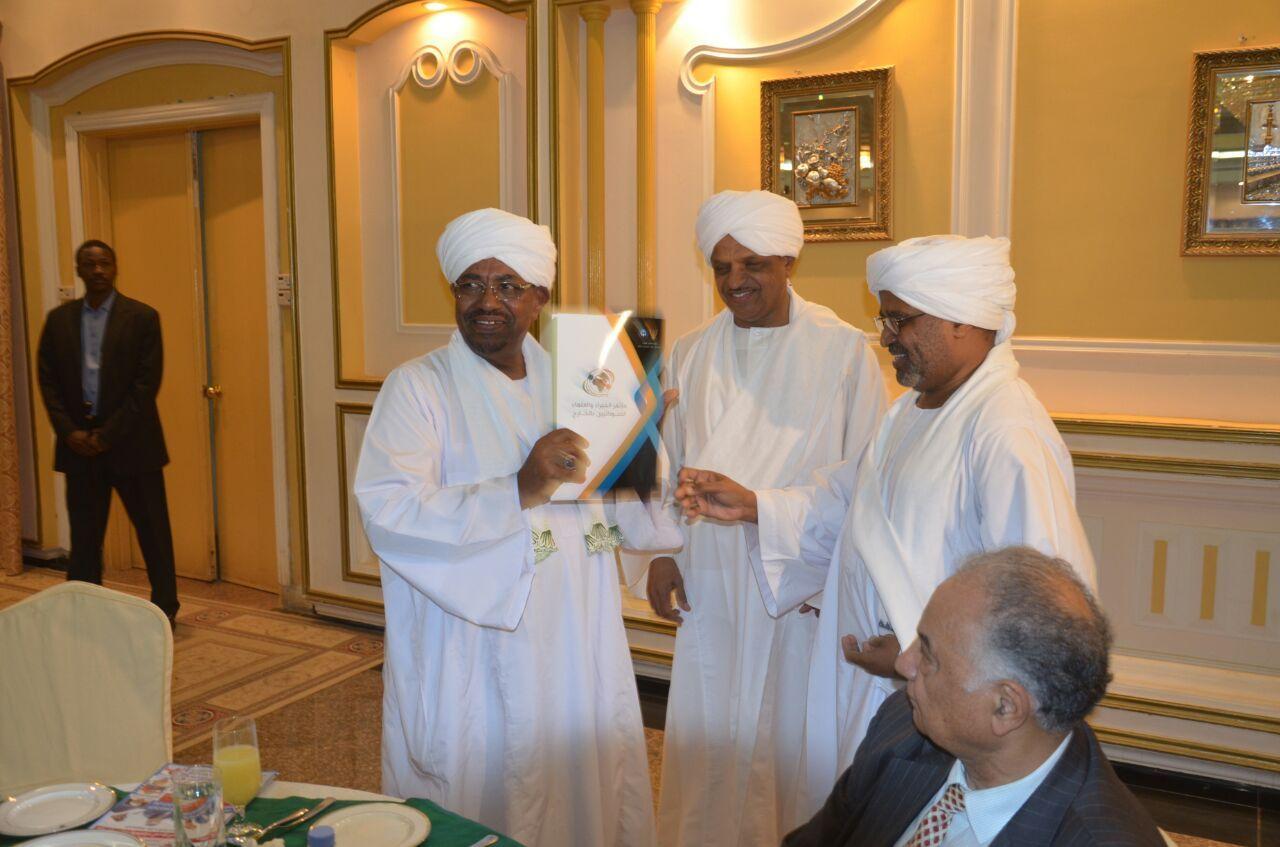 البشير يتسلم توصيات مؤتمر الخبراء والعلماء السودانيين بالخارج