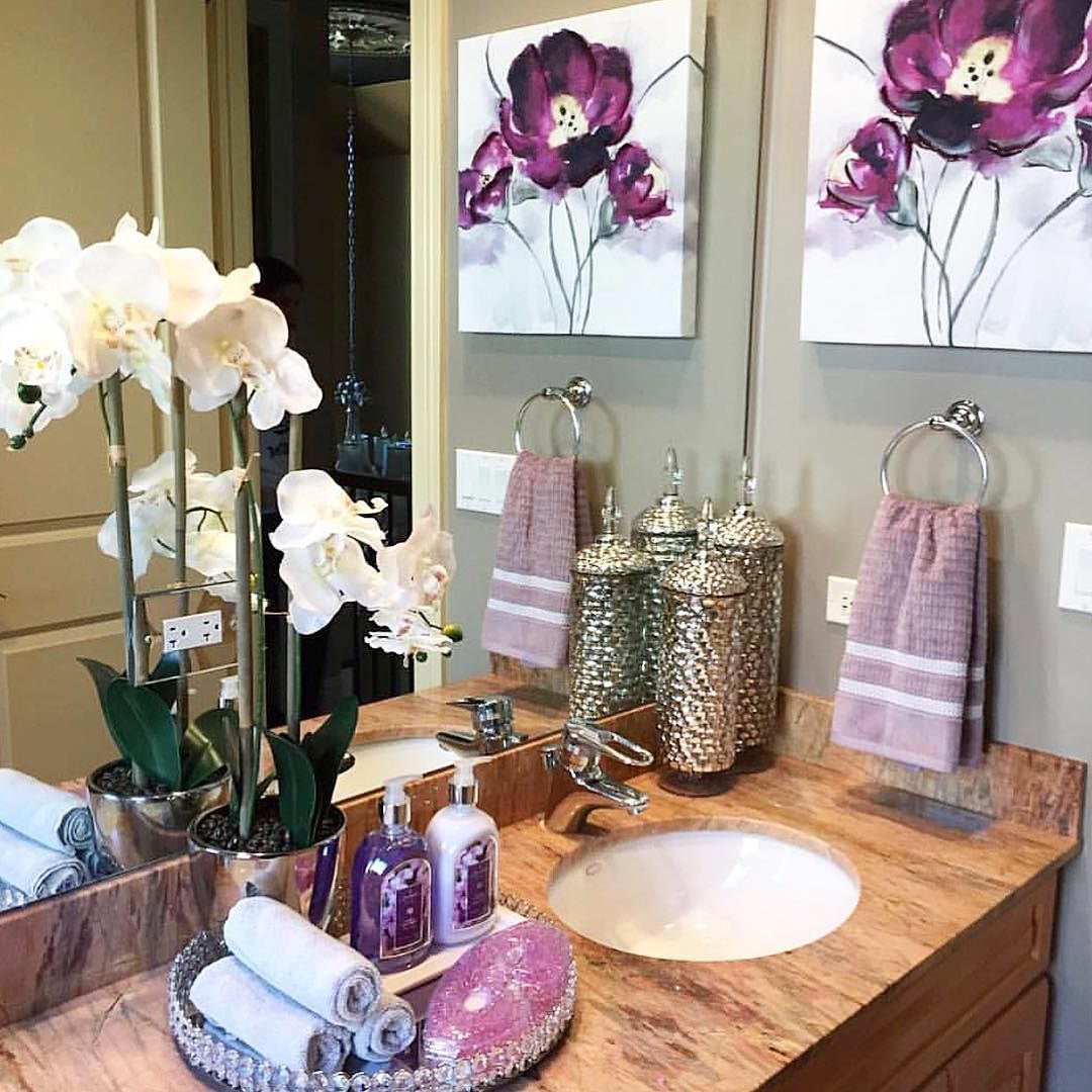 Adding a tray to your bathroom vanity is a great way to organize all of your favorite bath products. Rolled towels also give you a hotel… #bathroomvanitydecor