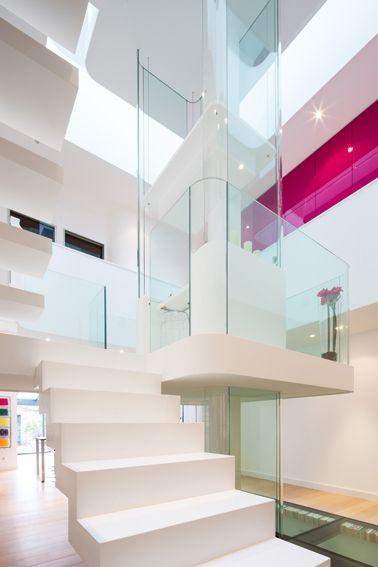 Dise o de interiores de casa moderna con fuente de for Diseno de iluminacion de interiores