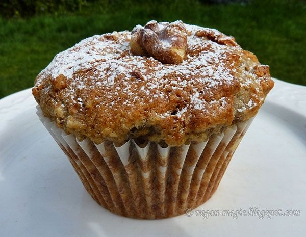 Vegan Banana Walnut Muffins - ahhh, the scent of baked banana and cinnamon, and the crunchy walnuts...these muffins are divine! << Vegan Magic