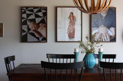 Elise Blaha enseña la decoración de su salón con fotos grandes de familia