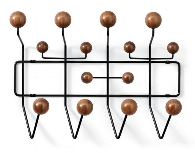 Das Ehepaar Ray und Charles Eames hat viele Designikonen geschaffen und sogar ein einfaches Produkt, wie eine Garderobe gehört in diese Reihe von Produkten. Hang-It-All mit seinen bunt lackierten H...